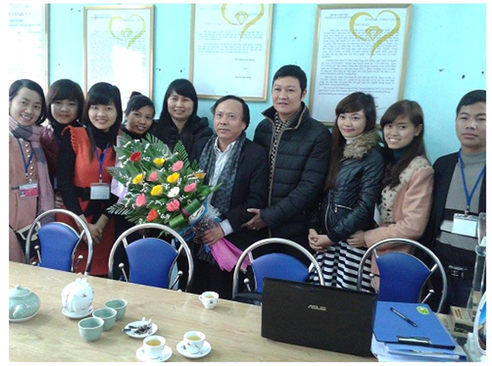 Nhà văn Hoàng Dự- Tổng biên tập báo Thể thao Việt Nam đến thăm Quỹ nhân ái người cao tuổi chi nhánh Ninh Bình.