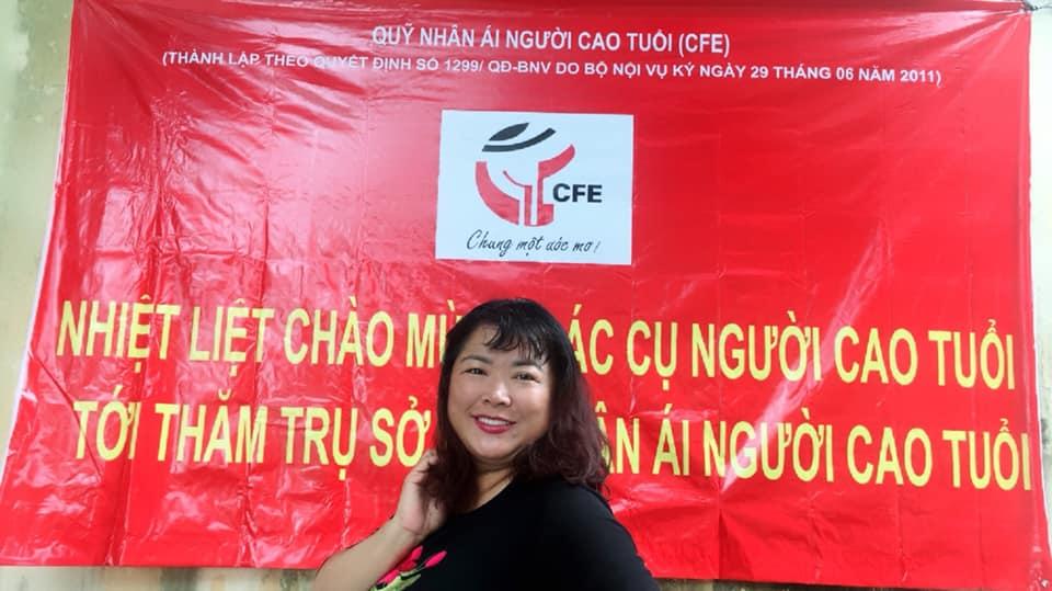 Tặng quà cho hơn 100 người cao tuổi tại trụ sở quỹ CFE