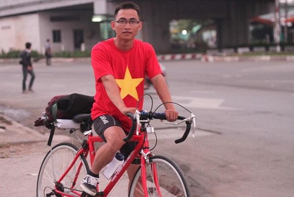 9X bỏ việc lương cao, đi xuyên Việt tặng quà trẻ em nghèo