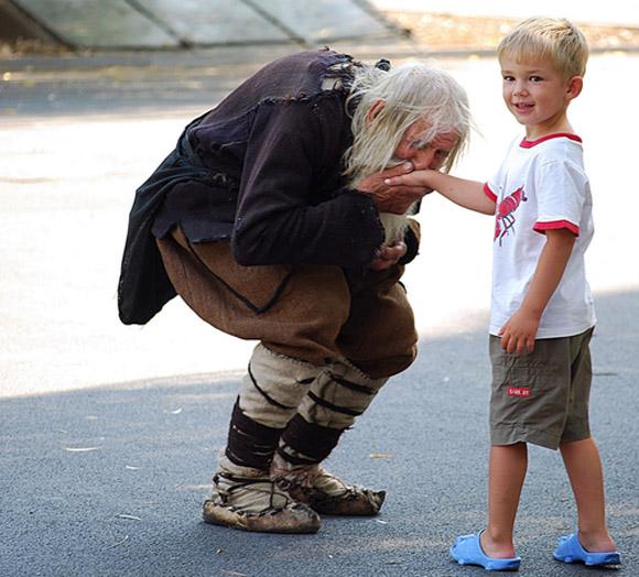 Cụ già ăn xin 99 tuổi khiến cả thế giới khâm phục